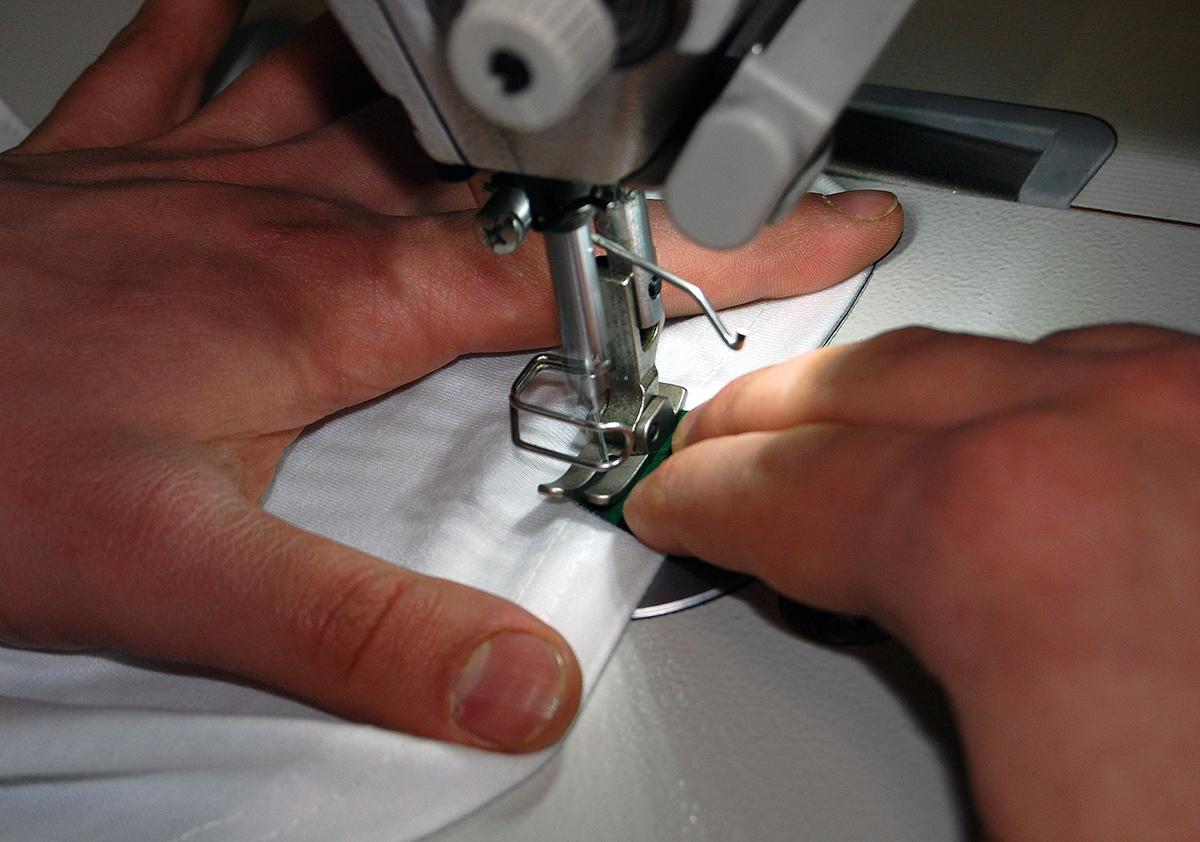 Proces znakowania metką odzieżową